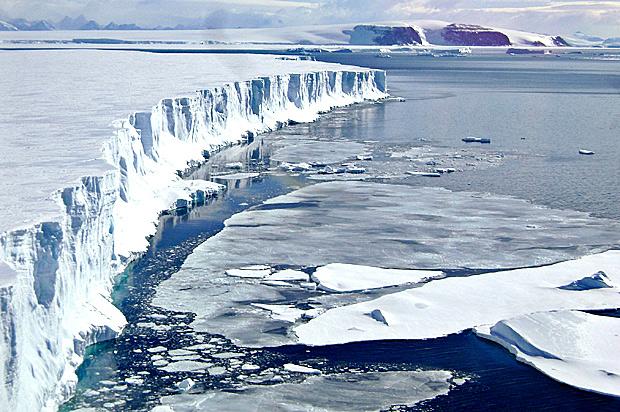 Geleira parcialmente derretida na Antártida por causa do aquecimento global