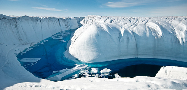 Canal formado por derretimento de gelo na Groenlândia