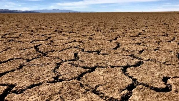 O lago boliviano Poopó, durante a estação seca, torna-se uma planície de argila
