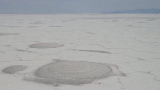 A costa sul do Lago Poopó é coberta por uma espessa camada de sal