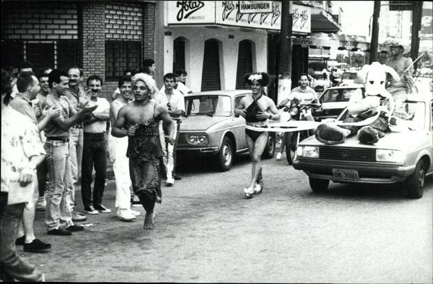 Público assiste a versão gay da São Silvestre, na rua da Consolação, na região central de São Paulo