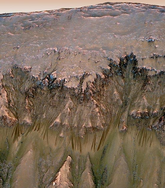 Imagem feita em 3-D mostra provável água em estado líquido escorrendo de uma encosta do planeta vermelho