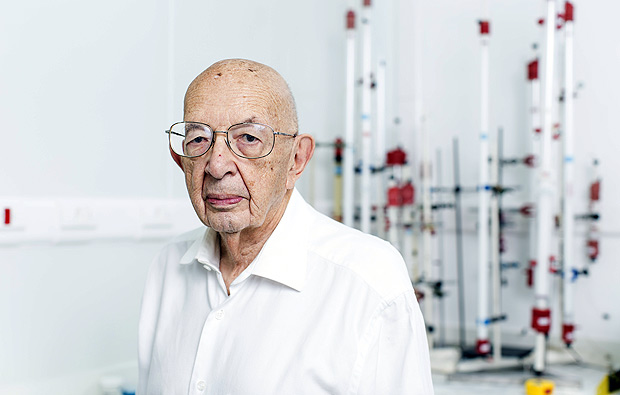 O ex-diretor do Instituto Butantã Isaías Raw, 90, em laboratório do Instituto Butantan