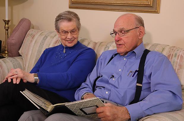 LaVonne e o marido, Tom Moore, 89, afirmam que houve alguma melhora da doença