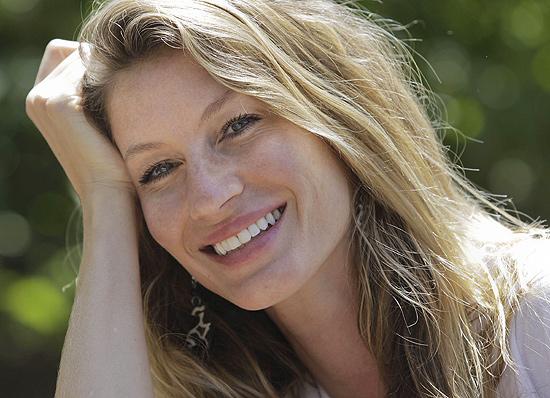 Gisele Bundchen está com as luzes mais próximas da raiz do cabelo