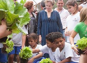 Alice Waters em horta de escola em Perus (zona norte de SP)