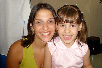 Ana Carolina Cunha de Oliveira e a filha, Isabella, 5, que teria sido arremessada do sexto andar do prédio do pai, na zona norte de SP