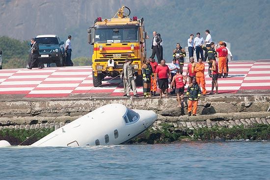 Avião de pequeno porte caiu em cabeceira de pista do aeroporto Santos Dumont, no Rio