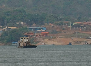 Barco navega no rio Xingu, em São Félix do Xingu (PA); fumaça de queimadas prejudica visibilidade de moradores