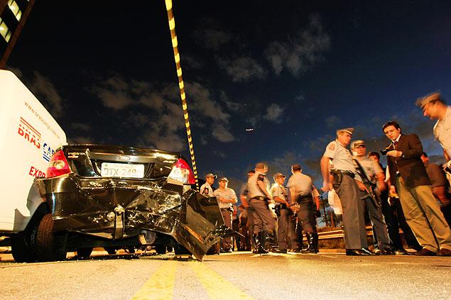 Carro roubado dirigido por criminoso ficou danificado após a colisão com outros veículos, ônibus e motos da PM