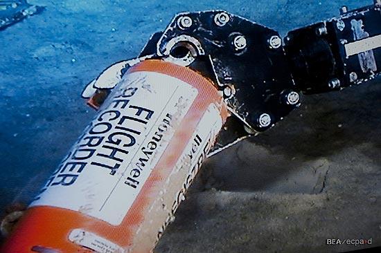 Robô submarino encontra memória de caixa-preta do voo 447, diz escritório que investiga o acidente