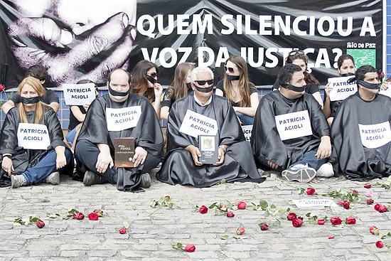 Manifestantes usam toga, mordaça e Código Penal em protesto contra a morte da juíza em São Gonçalo