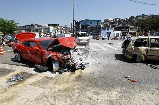 Camaro destruído após acidente que deixou cinco pessoas feridas na av. Inajar de Souza, na zona norte de SP