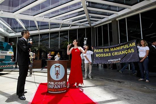 Grupo simula entrega de prêmio em forma de protesto contra a manipulação das empresas de brinquedo