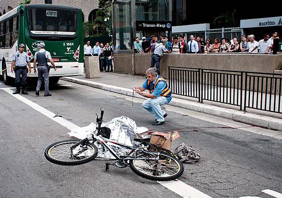 Foto van overleden fietser op weg (bedekt). Bron Folha de São Paulo: https://www1.folha.uol.com.br/cotidiano/2012/03/1056325-ciclista-morta-na-av-paulista-era-ativista-e-biologa.shtml