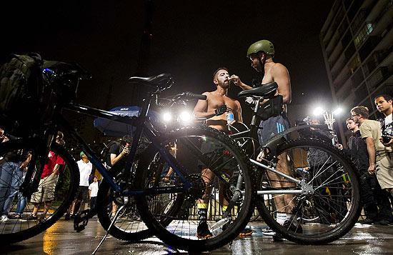 """Ciclistas se preparam para a """"Pedalada Pelada"""", em São Paulo, protesto por mais respeito no trânsito"""