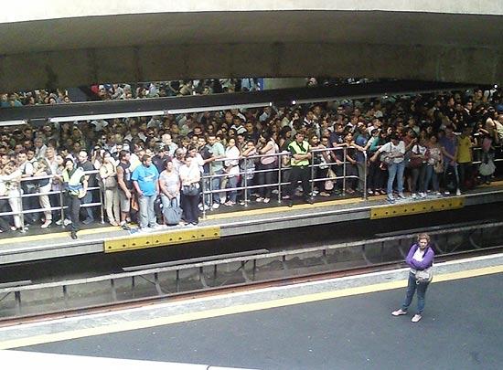 Leitor flagra plataforma da estação Sé do metrô lotada no embarque da linha 1-azul, sentido Jabaquara