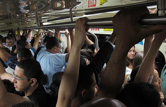 Vagão lotado na estação Sé do metrô, no sentido Barra Funda, após problema que afetou circulação de trens