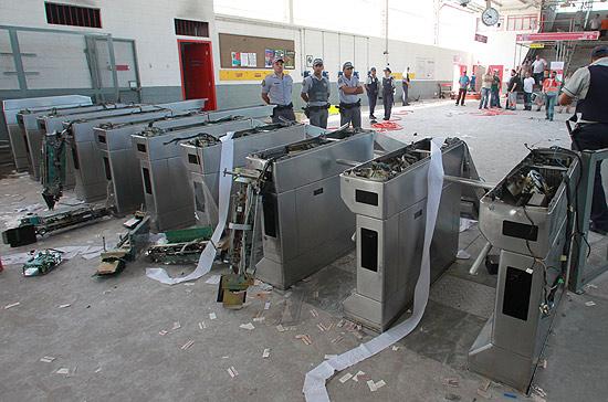 Catracas da estação Francisco Morato da CPTM, destruídas por usuários revoltados com problemas na via