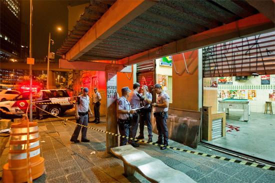 Polícia isola bar onde PM à paisana foi morto a tiros na noite de quinta na av. Nove de Julho, na região central de SP