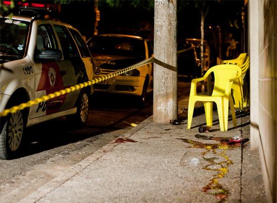 Polícia isola local onde três pessoas foram baleadas na rua Jiparaná, na zona leste de SP