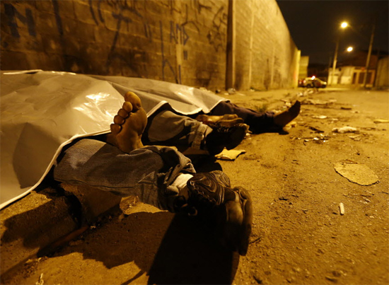 Corpos cobertos de vítimas de chacina em Santo André, na Grande SP; 5 morreram e 3 ficaram feridos em ataques na região