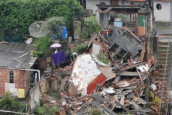 Casas ficar destruídas após deslizamentos de pedras na localidade de Três Irmãos, em Nova Friburgo