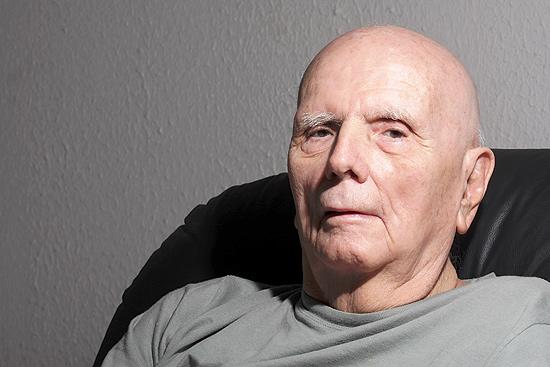 O tcheco Zdenek Peter Vaclav Volf, 82, em sua casa no Jardim Irajá, em Ribeirão Preto