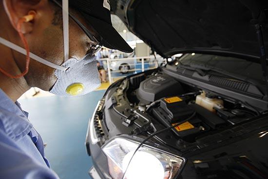 Funcionário faz inspeção veicular em carro no pátio da Controlar em SP; projeto de Haddad é criticado na Câmara
