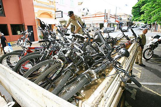 Agente de trânsito de Barretos organiza bicicletas apreendidas no primeiro dia de fiscalização na cidade