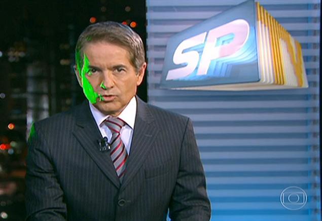 Luz verde atinge rosto do apresentador Carlos Tramontina, da Rede Globo, durante apresentação do telejornal SPTV