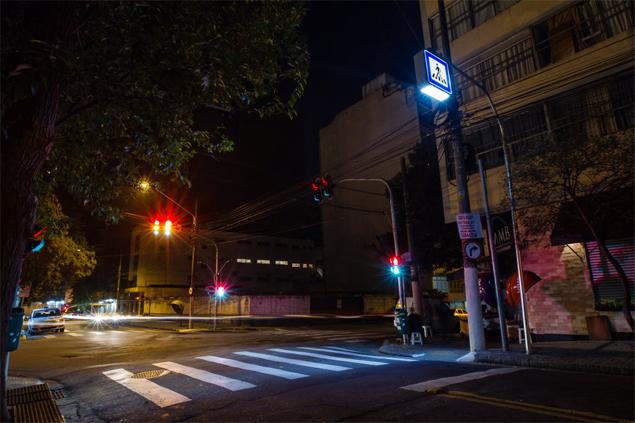 Faixa de pedestres iluminada na rua Doutor Cesário Mota Júnior, na região central de São Paulo