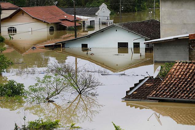 Alagamento chega ao telhado das casas após chuva castigar a região do Vale do Itajaí, em SC