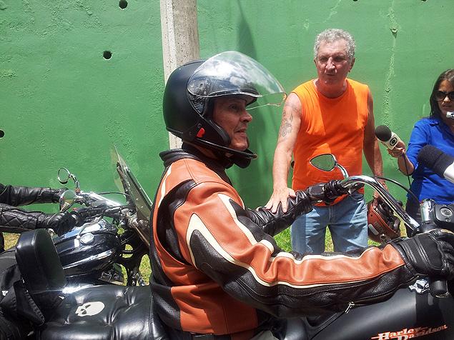 Roberto Jefferson (PTB-RJ), delator do mensalão é recebido por suposto doador em frente a sua casa em Levy Gasparian