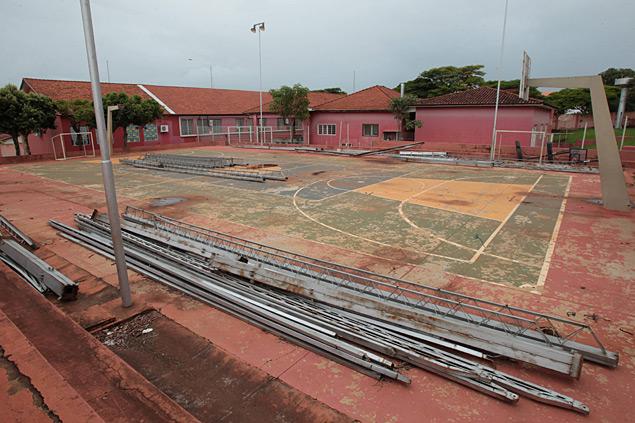 BURITIZAL, SP, BRASIL, 11-12- 2014: Quadra da Escola muniipal Dijalma Pimentel em Buritizal. Municípios da região de Ribeirão Preto tem aumento de 6,5% do PIB em 2012. Alguns município, no entanto, tiveram queda no produto interno. Buritizal, por exemplo, teve queda de 32% na criação de riquezas. ( Foto: (Edson Silva /Folhapress ) ***REGIONAIS***EXCLUSIVO FOLHA***