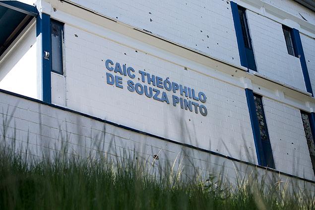 RIO DE JANEIRO, RJ, 10.04.2015: ESCOLA NA LINHA DE TIRO NO ALEMAO - A escola CAIC Theopilo de Souza Pinto que fica na favela da Nova Brasilia, no Complexo do Alemao, esta na linha de tiros desde que uma base de UPP foi instalada dentro do pátio da instituicao. Policiais utilizam o terreno e algumas paredes para se proteger durante troca de tiros com traficantes da região. O predio tem varias marcas de bala. Os alunos convivem com a tensao de estarem servindo de escudo para os policiais. (Foto: Mauro Pimentel/Folhapress, FSP-COTIDIANO) ***EXCLUSIVO FOLHA***