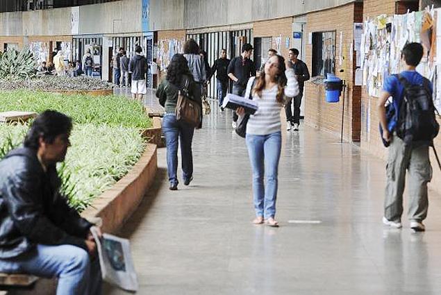Pelas novas regras, os estudantes terão que arcar com juros maiores e prazo menor para quitar a dívida - Arquivo Agência Brasil -- http://agenciabrasil.ebc.com.br/educacao/noticia/2015-07/para-especialistas-mudancas-no-fies-tornam-o-programa-mais-sustentavel