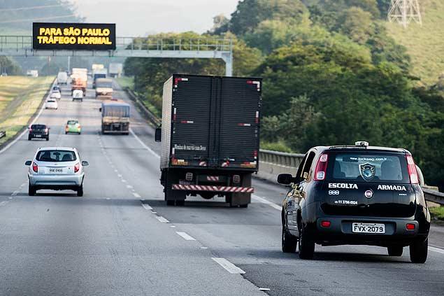 Carro de empresa de segurança faz escolta de caminhão na rodovia dos Bandeirantes, na Grande SP