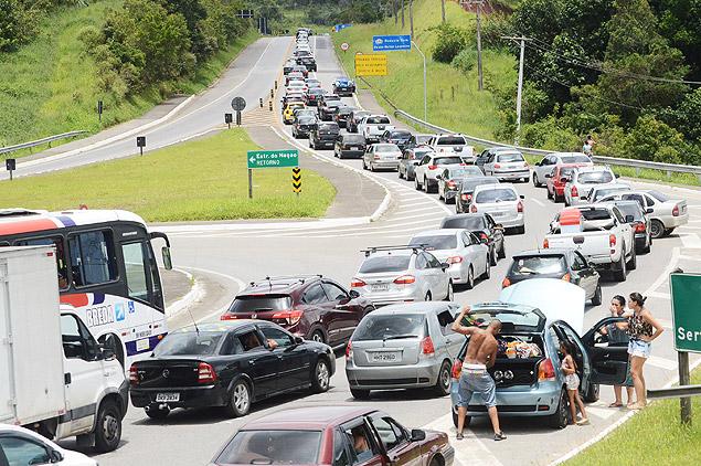 Movimento na rodovia Mogi-Bertioga; estradas devem ter tráfego intenso no aniversário de São Paulo