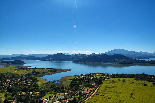 Vista aérea da represa Jaguari-Jacareí, a principal do sistema Cantareira, no município de Joanópolis, no interior de São Paulo