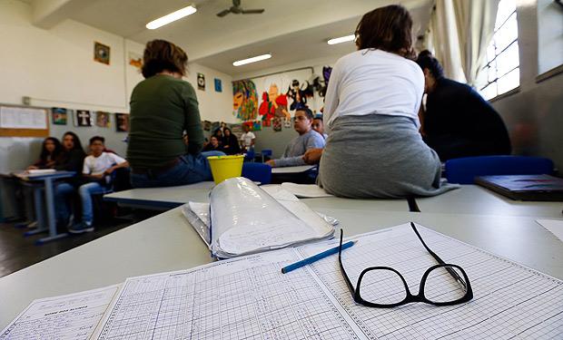 Jovens durante aula de educação artística em escola pública de São Paulo