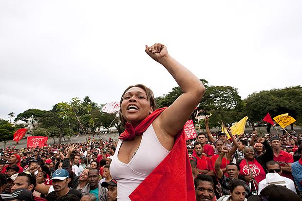 Membro do MTST (Movimento dos Trabalhadores Sem-Teto) comemora permanência de ocupações em Santo André e em Embu das Artes, na Grande SP