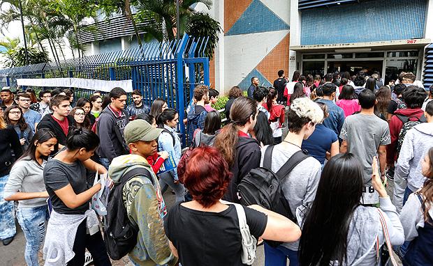 SAO PAULO, SP, 05.11.2016: - Movimentacao, fila e chegada dos alunos que irao prestar o ENEM, na porta da UNIP da rua Apeninos no bairro da Aclimacao em Sao Paulo. (Foto: Bruno Poletti/Folhapress, FSP-COTIDIANO) ***EXCLUSIVO FOLHA***