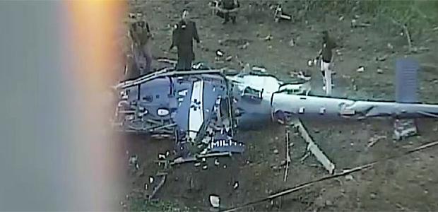 Helicóptero cai na área da Cidade de Deus e quatro PMs morremImagem do helicóptero caído foi flagrada por câmera da prefeitura.Local foi palco de tiroteios neste sábado (19)
