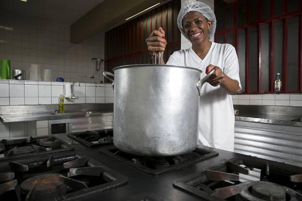 Ana Paula Neris, aluna de pedagogia e funcionária da cozinha de uma escola municipal