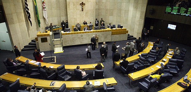 SÃO PAULO, SP, BRASIL, 29-06-2011 16h24: Sessão no Plenário da Câmara dos Vereadores para a votação sobre o projeto de isenção de impostos na construção do estádio do Corinthians em Itaquera. Na foto: os vereadores Marco Aurélio e Dalton Silvano discutem no plenário. ( Foto: André Vicente/Folhapress, VENCER ) ***CAPA DIÁRIO OUT***