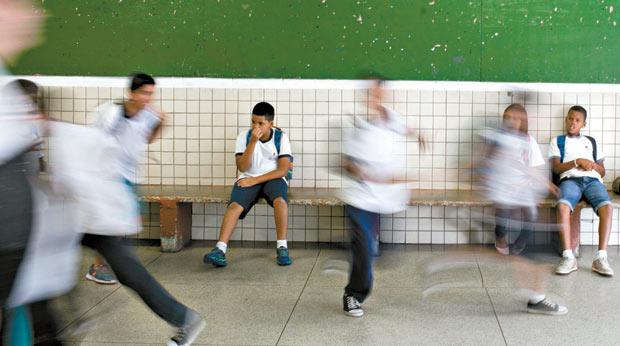 Alunos em horário de intervalo das aulas no pátio da Escola Municipal Frei Damião, no Grajaú, na zona sul de São Paulo