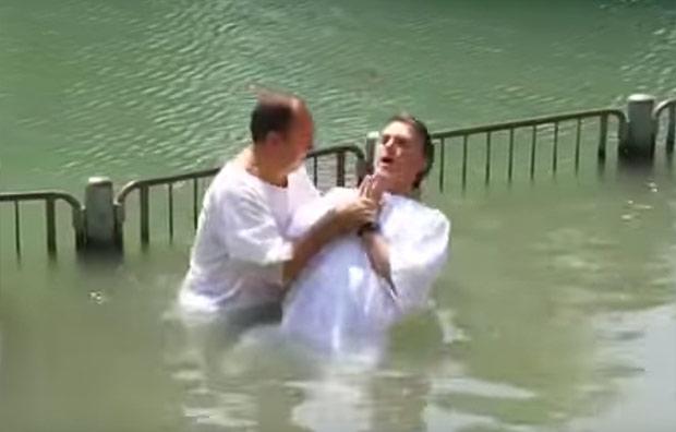 Pastor Everaldo batiza Bolsonaro no rio Jordão em 2016; hoje os dois romperam publicamente
