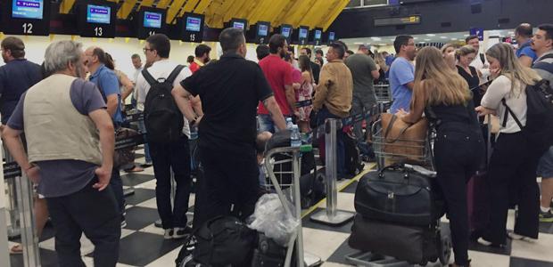 Após acidente no aeroporto de Congonhas (SP), passageiros esperam seis horas em fila para remarcar voo.