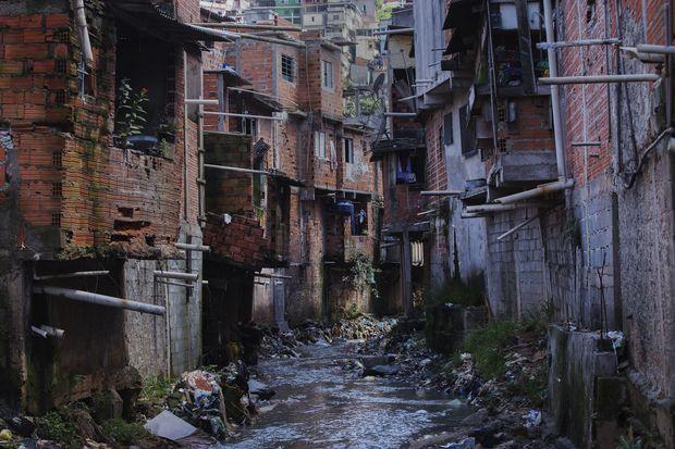 SAO PAULO,SP. 23/12/2015. Tubos despejam esgoto das casas diretamente no corrego do Canivete no Jardim Damasceno, zona norte de Sao Paulo. ( Foto: Lalo de Almeida/Folhapress ) MERCADO ***EXCLUSIVO FOLHA***